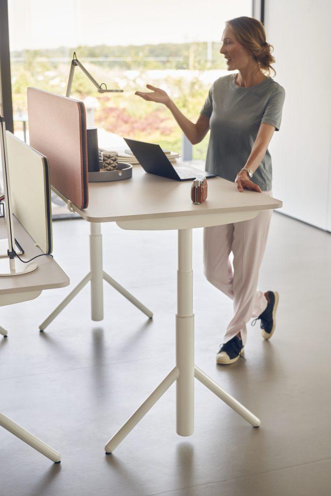 Sedus se:lab e-desk seisomatyössä